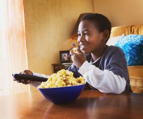 Дети-телезрители предпочитают более вредную еду в сравнении с игроками