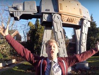 Британец построил шагающую машину из «Изгоя-один» у себя во дворе