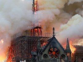 ВСоборе Парижской Богоматери случился сильный пожар. Вот что обэтом писали всети
