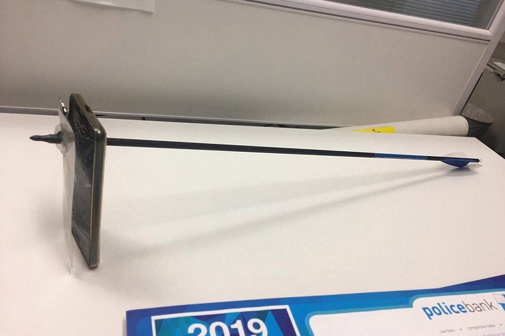 ВАвстралии iPhone спас жизнь пользователю, остановив стрелу, выпущенную из лука | Канобу - Изображение 5281