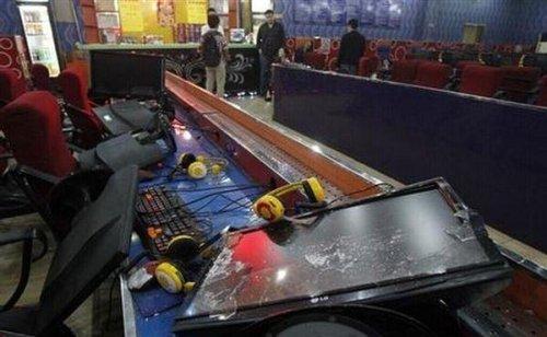 В Китае отец выследил сына-игромана и разнес интернет-кафе
