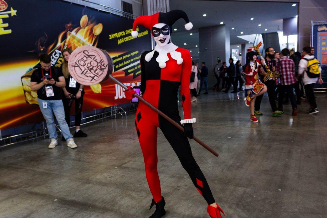 Создатель «Черного плаща», косплей итолпы геймеров. Comic Con Russia и«Игромир» 2019. День1 | Канобу - Изображение 14